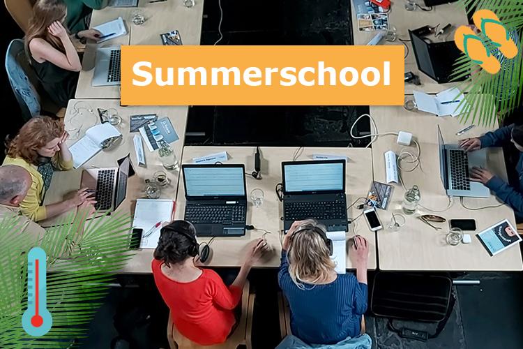 Foto van cursisten tijdens de Summerschool-training Podcast maken.