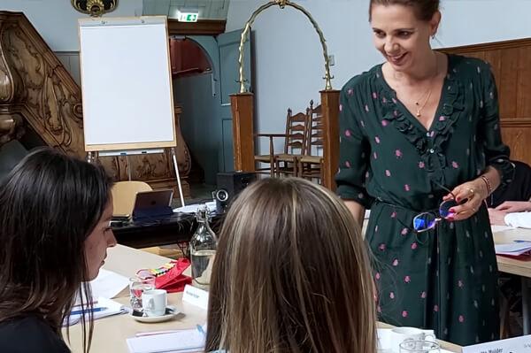 Cursisten en trainer Maaike Huber bij de training Interviewen