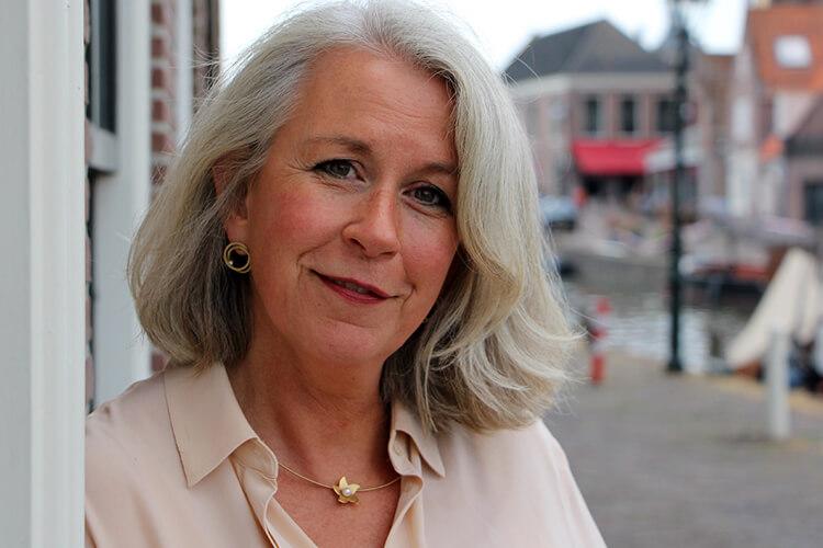 Directeur Anke Brummerhop voor het kantoor in Monnickendam