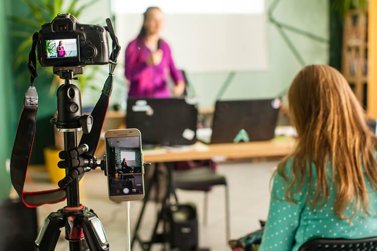 Vrouw presenteert of geeft een speech voor de camera